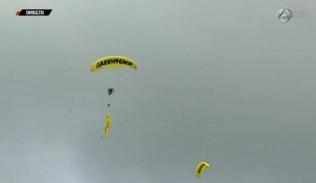 Paramotores de Greenpeace sobrevolando el Gran Premio de Belgica 2013