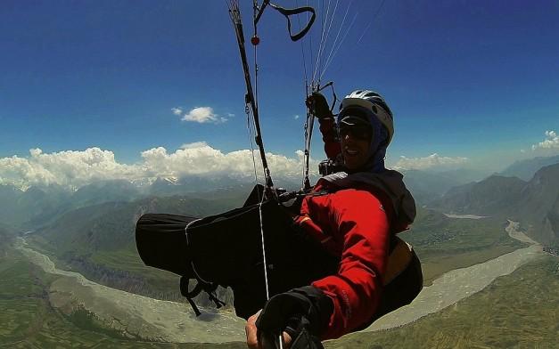Stefan volando sobre las impresionantes montañas del Pamir.